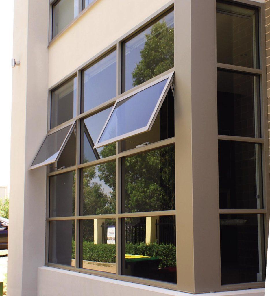 Oficina con ventanas de aluminio Cerramientos de aluminio en Tarragona